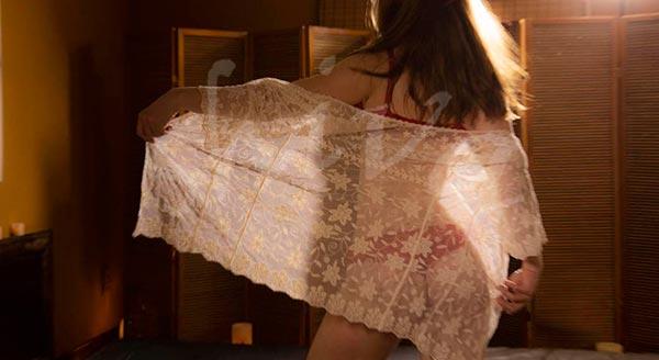 masaje-erotico-centro-barcelona-lenceria-desnudo-blanco